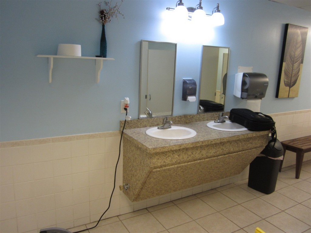 Clean Southport Marina bath room
